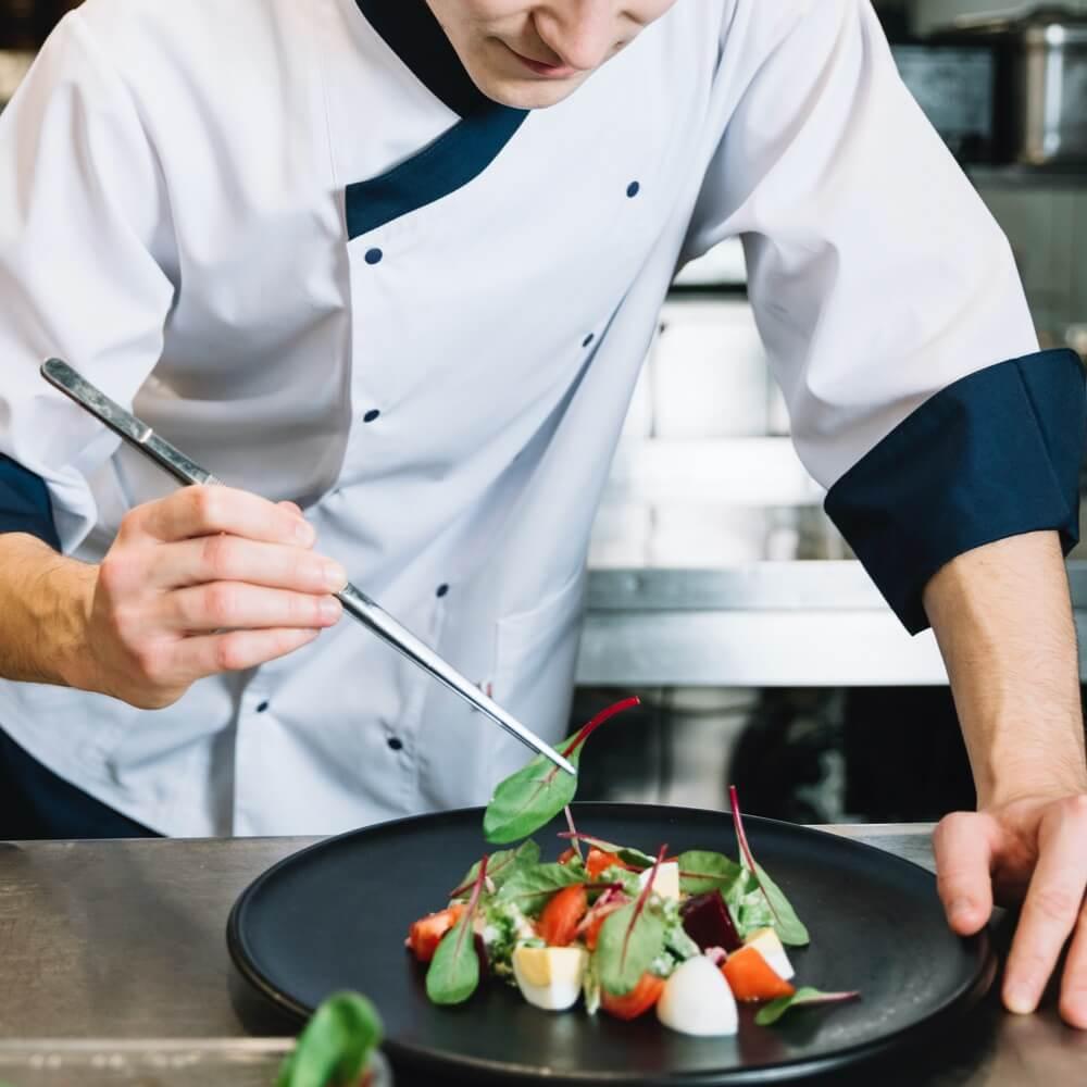 Chef prépare une salade