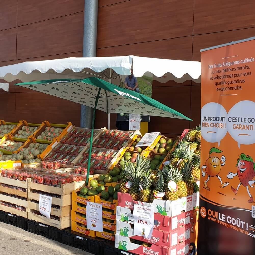 Théatralisation dans supermarché pour mettre en avant fruits et légumes